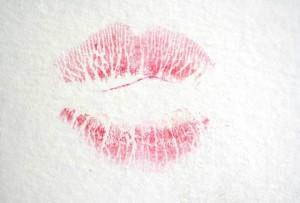 Le baiser de Rindy Sam sur une toile de Cy Twombly